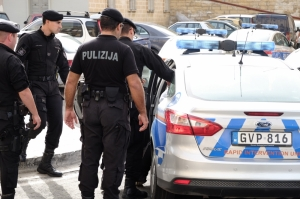 Woman arrested in Mosta over weapons stash and illegal drugs